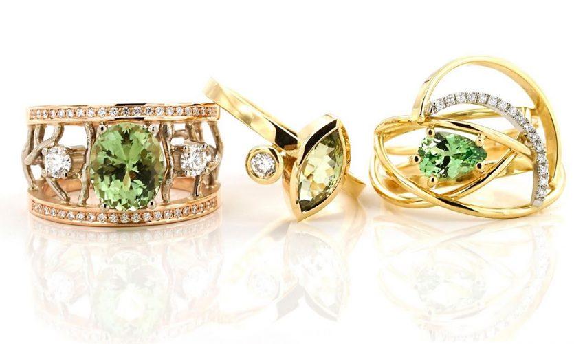 goudenringen met groene stenen en witte diamanten Sabine Eekels Artist-Goldsmith